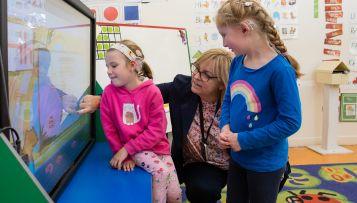 teacher of the deaf helping children at school